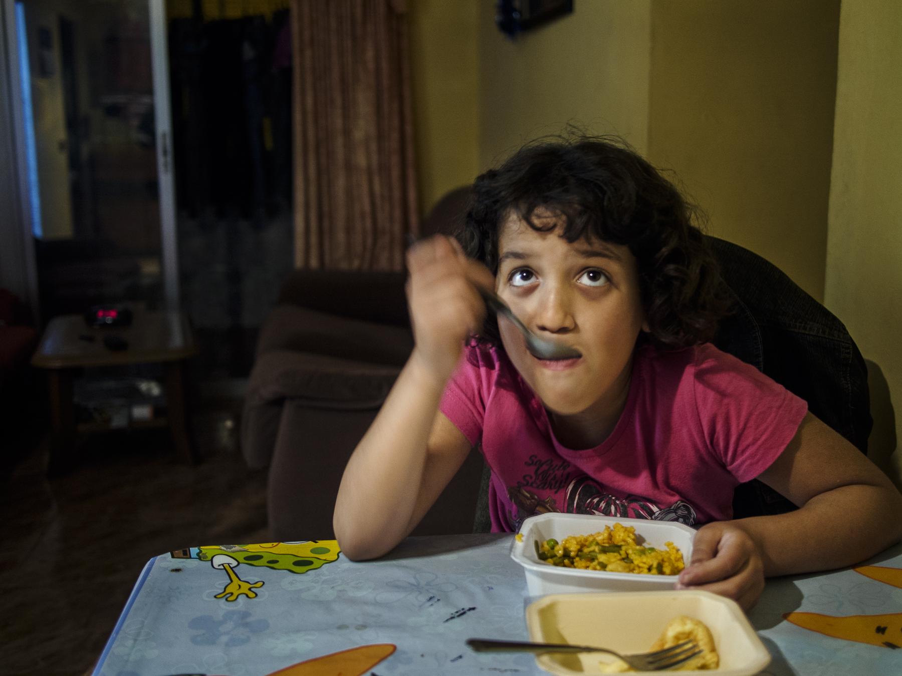 Yolanda cenando el menú que les ofrece servicios sociales