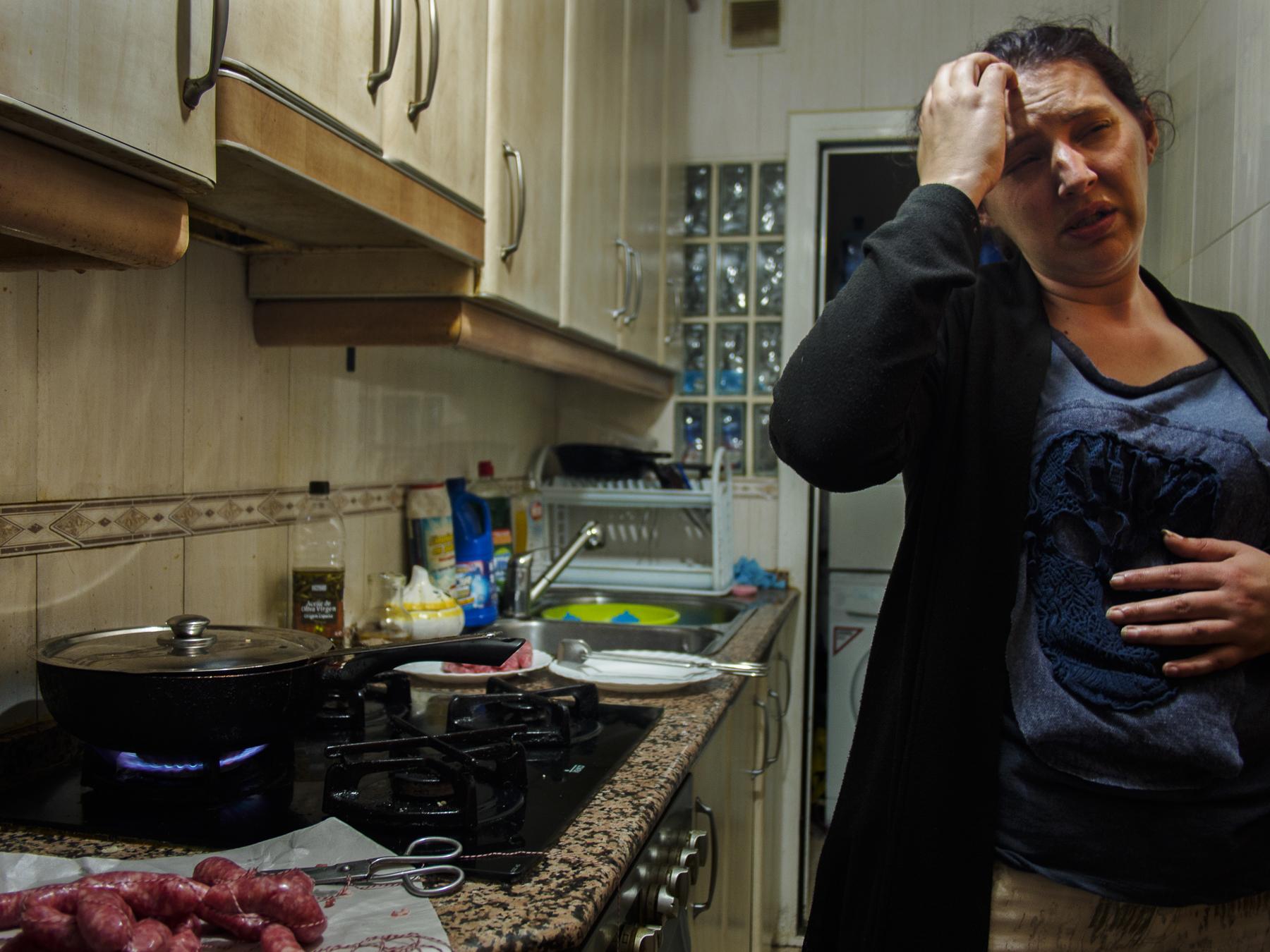 Ana prepara la cena mientras se queja del fuerte dolor de cabeza