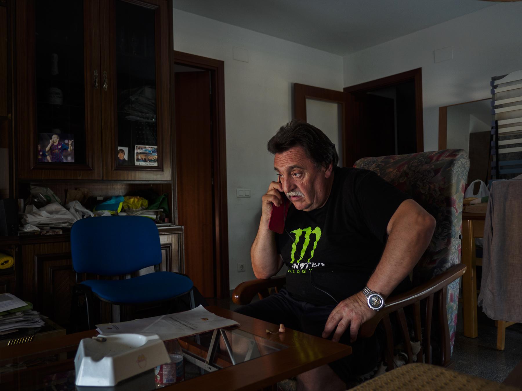 Matías habla por teléfono con un compañero de la PAH