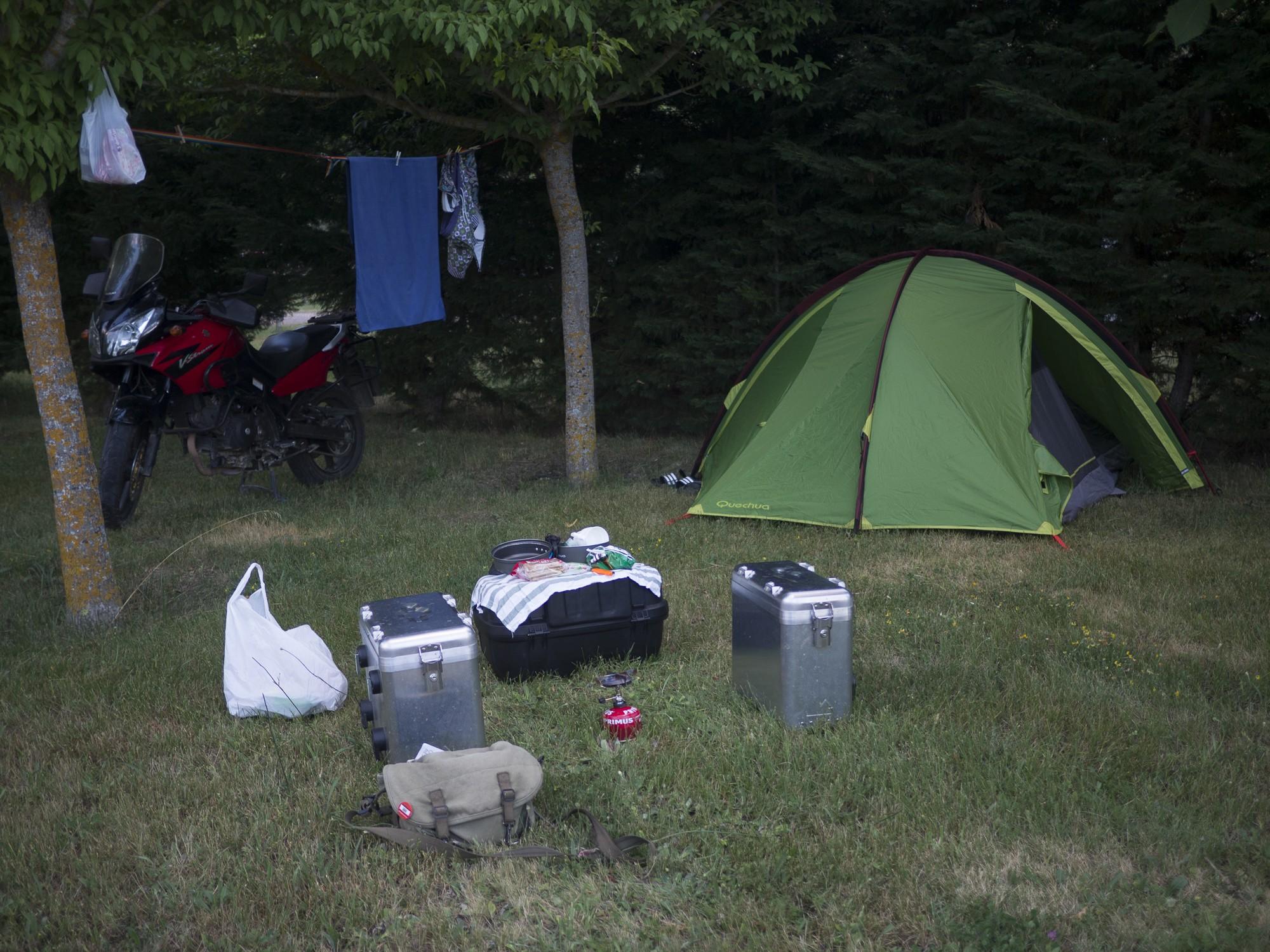 Preparando la cena en uno de los campings antes de que se haga completamente de noche