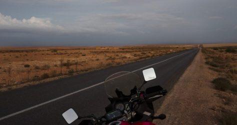 La moto aparcada junto a una de las carreteras que cruzan la hamada Marroquí