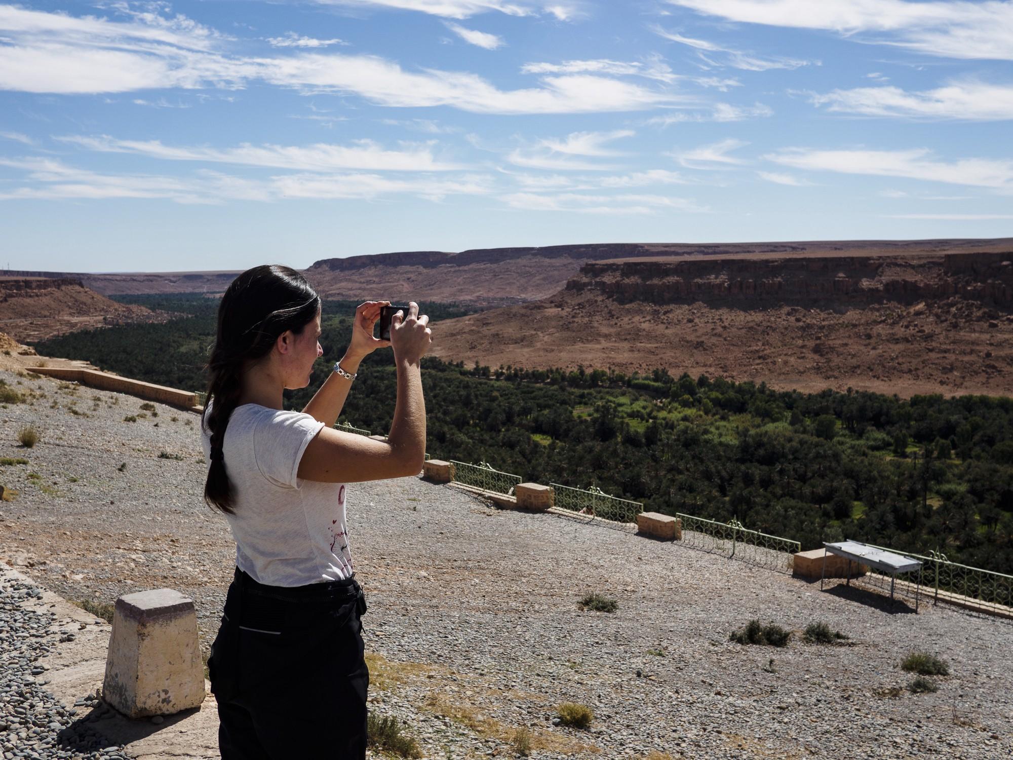Lucía fotografía el oasis.