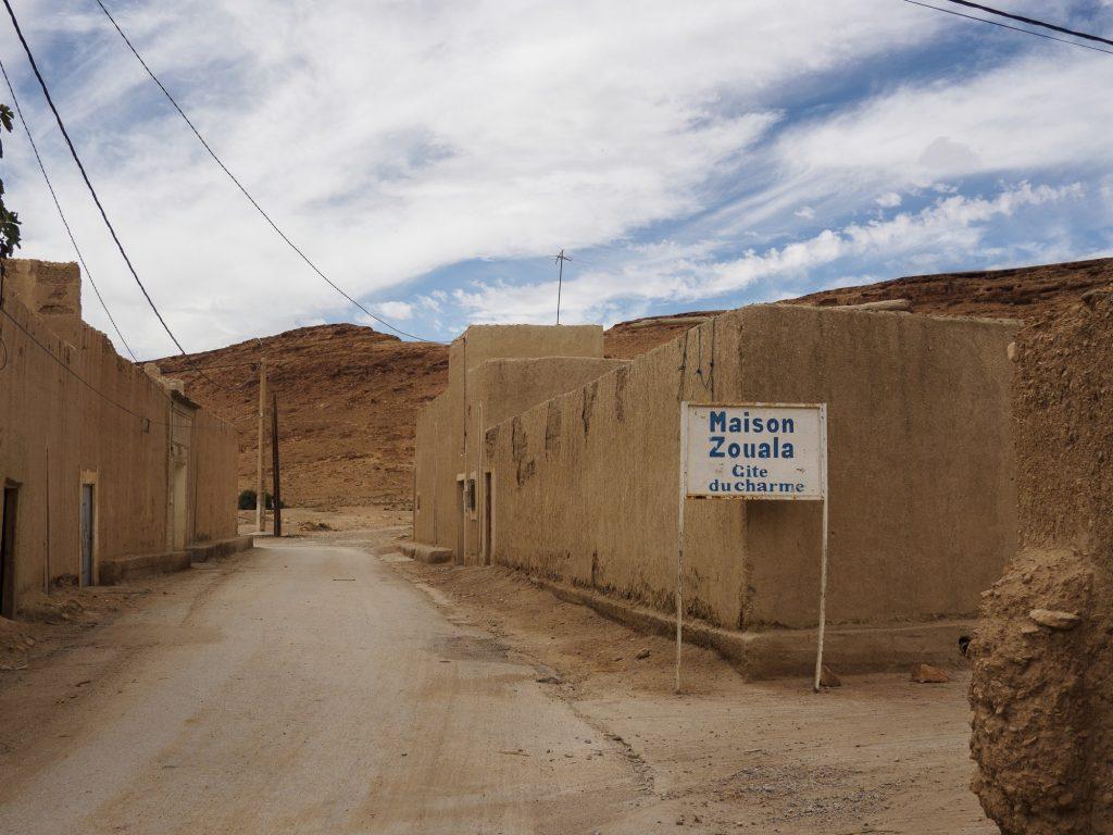 Uno de los pequeños pueblos de casas de adobe junto al oasis.