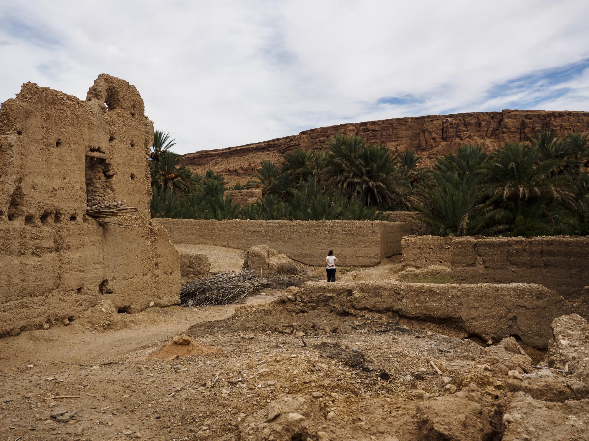 Una parte de la ciudad en ruinas junto al oasis.