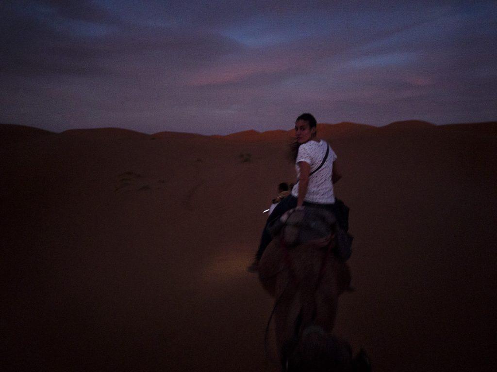 En camello hacia el campamento en las dunas.