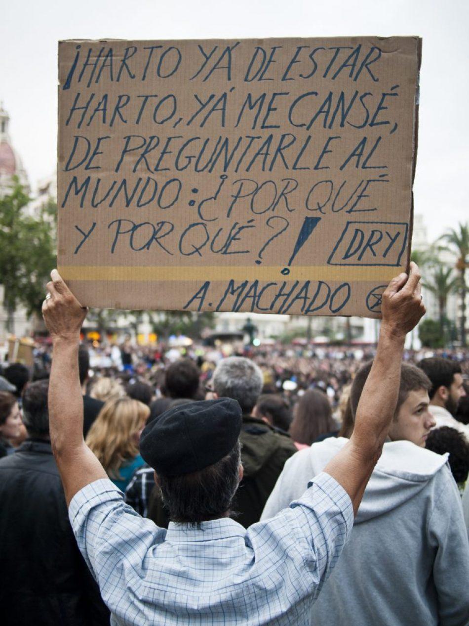 Un manifestante sostiene una pancarta con versos de Machado en una de las asambleas de #acampadavalencia
