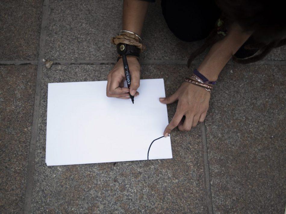 Un indignado dibuja un mapa con la distribución de la plaza.