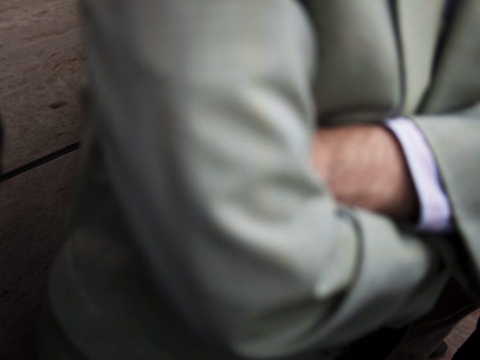 Un hombre vestido con traje y cruzado de brazos participa en las concretaciones.