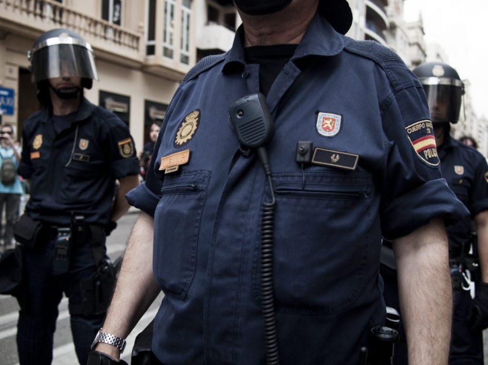 Algunos efectivos de los grupos antidisturbios de la Policía Nacional controlal la manifestación en que se convirtió la concentración convocada frente a la subdelegación de gobierno de la calle Colón en Valencia.