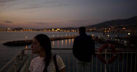 Lucia mira la costa Marroquí desde el ferry
