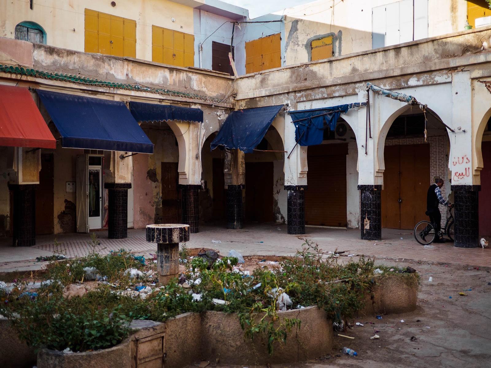 Una pequeña plaza interior en el medina de Oujda.