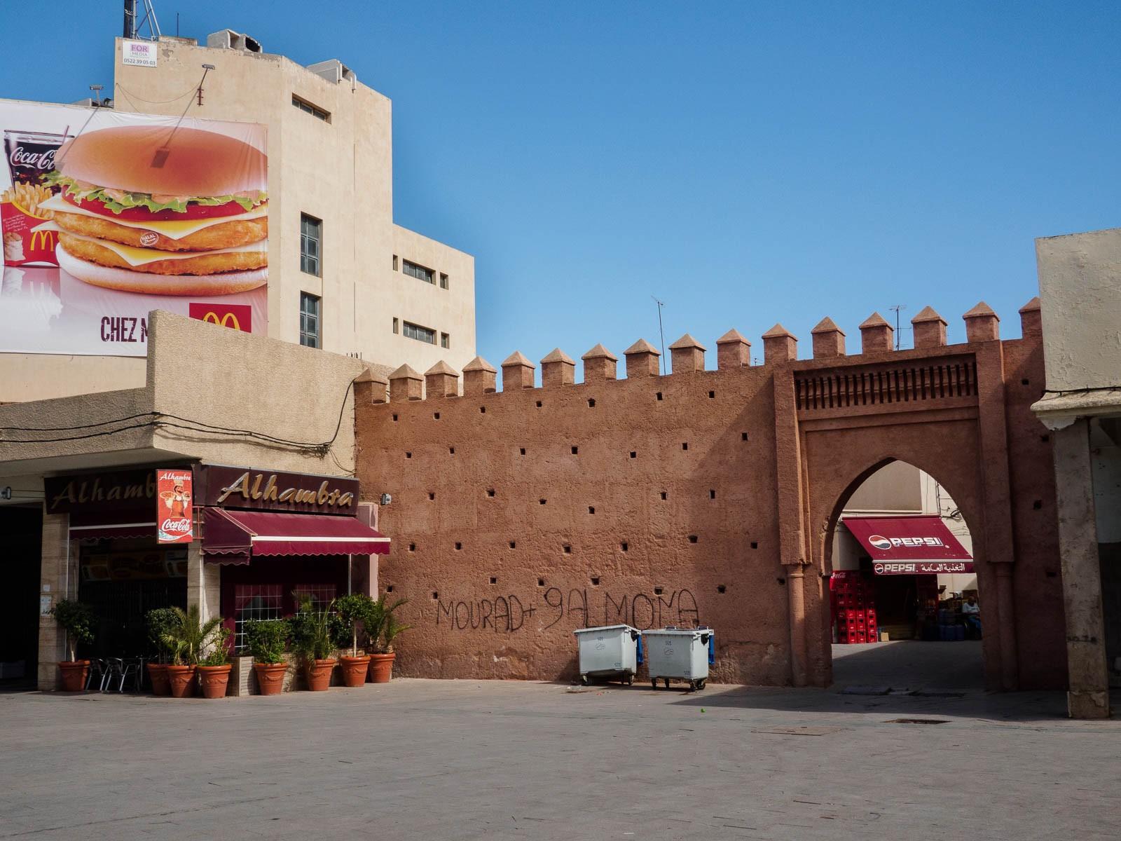 Publicidad de McDonalds junto a uno de los accesos a la medina de Oujda a través de la muralla.