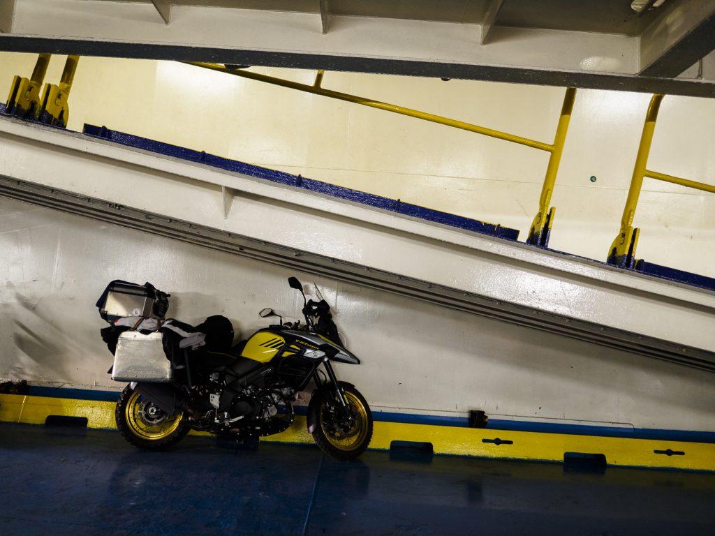 La moto cargada en el ferry a Durrés.
