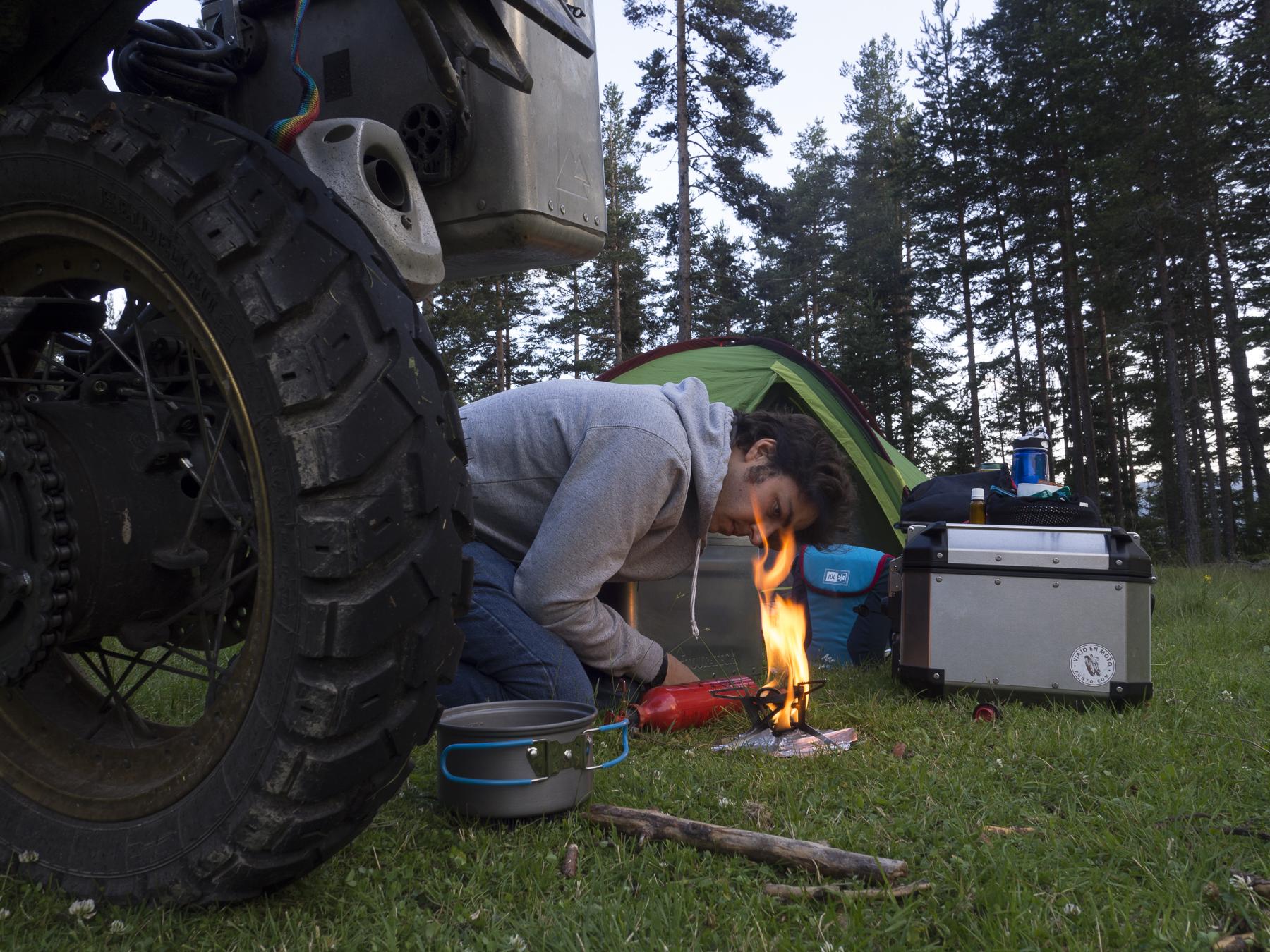 Preparando la cena en mi primer día de acampada libre