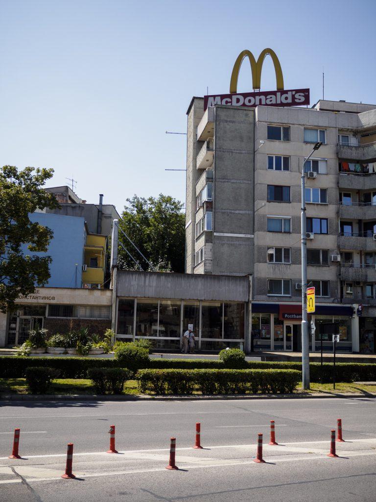Publicidad de McDonnald's en el centro de Plovdiv